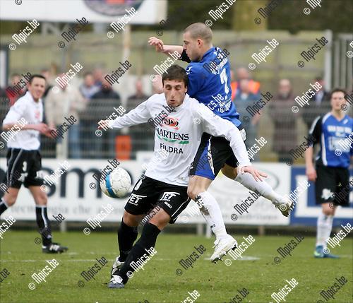 2009-03-29 / Voetbal / K Rupel Boom FC - K Bocholter VV / Mattis Persoons van Rupel Boom in de rug van Serkan Kocaslan van Bocholt..Foto: Maarten Straetemans (SMB)