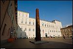 Le sculture teatrali di Arnaldo Pomodoro in piazza Castello, in occasione della mostra 'Il Teatro Scolpito' a lui dedicata a Palazzo Reale. Ott 2012