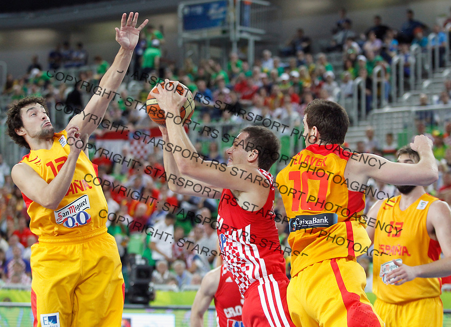 """Bojan Bogdanovic of Croatia (C) fights for the ball with Spain`s Sergio Llull (L) and Victor Claver (R) during European basketball championship """"Eurobasket 2013""""  basketball game for 3rd place between Spain and Croatia in Stozice Arena in Ljubljana, Slovenia, on September 22. 2013. (credit: Pedja Milosavljevic  / thepedja@gmail.com / +381641260959)"""