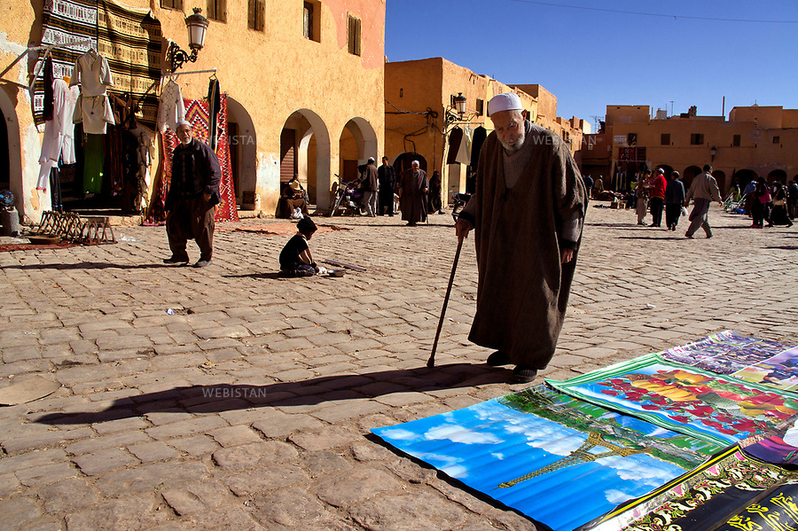 Algerie. Ville de Ghardaia. 5 Janvier 2012...Dans la vallee du M'zab, la place centrale de la ville de Ghardaia est animee par le marche. Les M'zab ou Mozabites, issus d'anciennes tribus berberes, sont venus au Xeme siecle s'installer dans la region. L'architecture originale de Ghardaia a inspire nombre d'architectes, dont Le Corbusier...Algeria, town of Ghardaia. January 5, 2012..In the heart of the M'zab Valley, Ghardaïa's main square is a busy market. The M'zab people or Mozabites - descendants of ancient Berber tribes - settled in the area in the 10th century. Ghardaia's unique architecture has inspired numerous architects, including Le Corbusier...