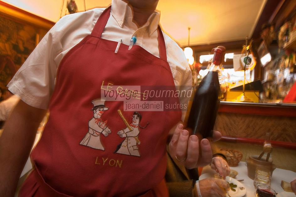 Europe/France/Rhône-Alpes/69/Rhône/Lyon:  Bouchon Le Garet, 7, rue du Garet-le serveur en tavblier à l'effigie de Guignol porte les pots de beaujolais