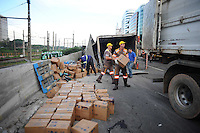 SAO PAULO, SP, 24.10.2013 - Um caminhnao tombou na Marginal Pinheiros proximo a ponte Eusebio Matoso sentido castelo Branco.-  Adriano Lima / Brazil Photo Press)