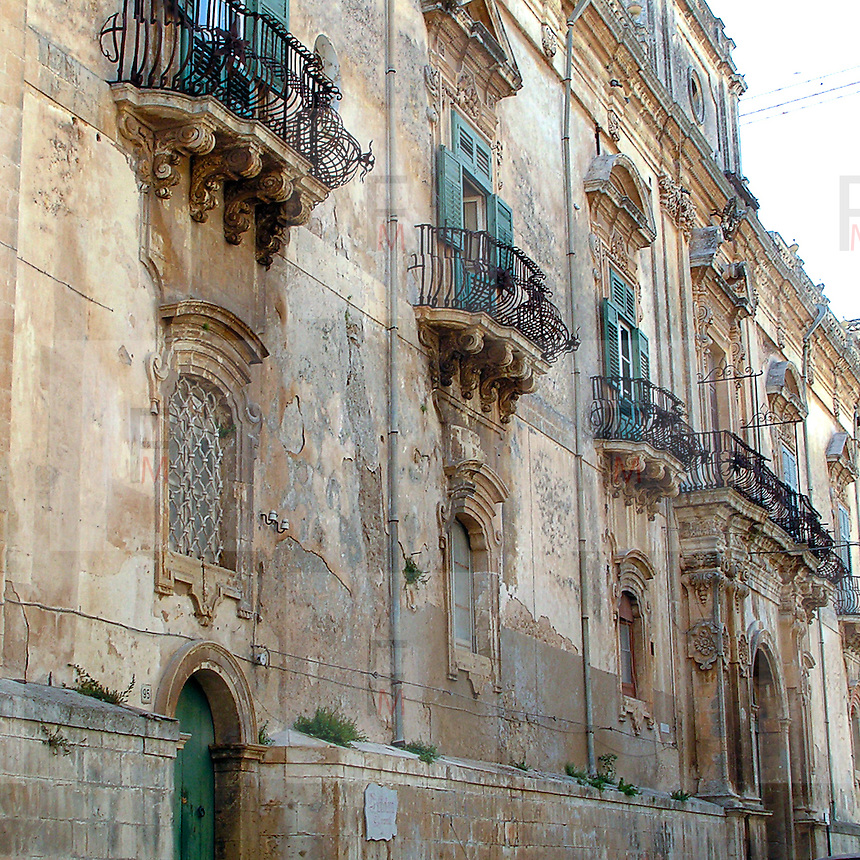 Noto il famoso paese tutelato dall'Unesco per l'architettura barocca..La facciata barocca di un palazzo nel centro di Noto..Noto, the famous village protected from Unesco for his baroque architecture..A baroque facade of a palace in Noto.