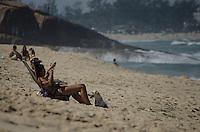 RIO DE JANEIRO, RJ, 04.05.2014 - CLIMA PRAIA SOL -Banhistas aproveitam domingo de sol na praia do Recreio dos Bandeirantes ,zona Oeste  . Foto-Tércio Teixeira /Brazil Photo Press