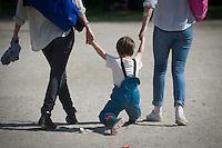 Berlin, Zwei Frauen  ziehen am Donnerstag (09.05.13) im Görlitzer Park in Berlin ein Kind. Foto: Timur Emek/CommonLens