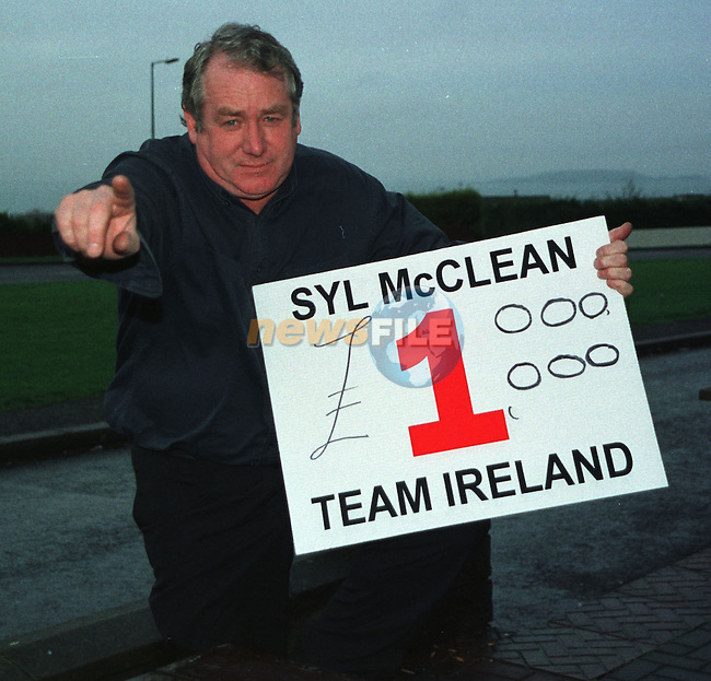 Syl McClean with his Team Ireland Board offering Michael Flatley £1,000,000.00 to fight on the card at the forth coming Match.Pic Fran Caffrey / Newsfile