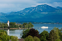 Deutschland, Bayern, Oberbayern, Chiemgau: Blick von Gstadt auf den Chiemsee und die Fraueninsel mit dem Kloster Frauenwoerth, im Hintergrund die Chiemgauer Alpen mit Hochfelln | Germany, Bavaria, Upper Bavaria, Chiemgau: view from Gstadt across lake Chiemsee and Frauen island with Frauenwoerth Monastery, at background Chiemgau Alps with Hochfelln mountain