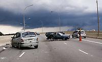SAO PAULO, SP, 21 DE JANEIRO 2012 - ACIDENTE TRANSITO PENHA - Acidente envolvendo dois carros na avenida conde de frontim  proximo ao bairro da Penha, na Zona Leste no inicio desta tarde de sabado, os dois motoristas envolvidos no acidente ficaram feridos e encaminhados ao PS de Ermelino Matarazzo. (FOTO: DEBBY OLIVEIRA - NEWS FREE).