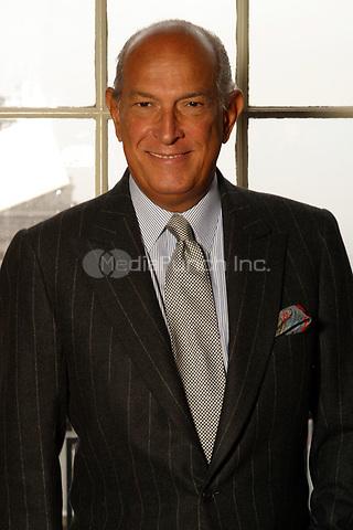 Oscar de la Renta photographed in Philadelphia, PA.  May,  2004.  © Scott Weiner /MediaPunch.