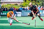 BLOEMENDAAL   - Hockey -  Floris Wortelboer (Bldaal) met Billy Bakker (A'dam). 3e en beslissende  wedstrijd halve finale Play Offs heren. Bloemendaal-Amsterdam (0-3).     Amsterdam plaats zich voor de finale.  COPYRIGHT KOEN SUYK