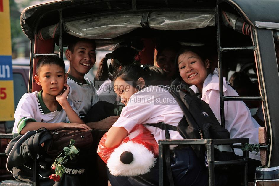 Thaïlande/Bangkok: Jeunes rentrant  en Rickshaw de l'école le jour de la Saint-Valentin