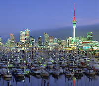 New Zealand, North Island, Auckland: Westhaven Marina and City at Dusk | Neuseeland, Nordinsel, Auckland: Westhaven Marina und Skyline am Abend