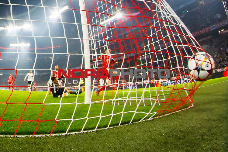 20.02.2018, Allianz Arena, Muenchen, GER, UEFA CL, FC Bayern Muenchen (GER) vs Besiktas Istanbul (TUR), Achtelfinale, im Bild Tor zum 4-0 durch Robert Lewandowski (FCB #9) mit Fabri (Besiktas #1) <br /> <br /> Foto &copy; nordphoto / Straubmeier