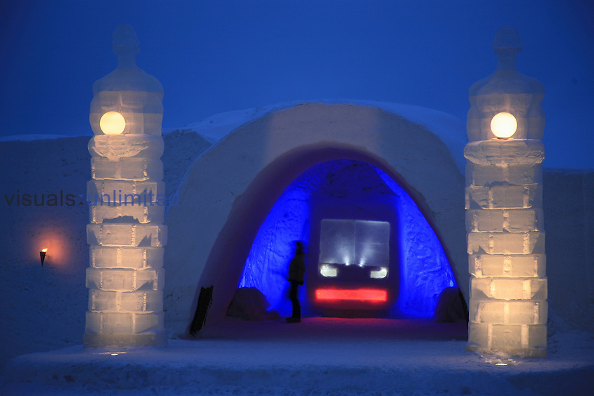 In the SnowHotel there are rooms for singles, couples as well as bigger groups. There are 18 rooms for doubles / singles and two group rooms with five beds as well as a Honeymoon Suite. The whole SnowHotel and the rooms inside are made of snow.