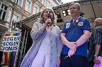 Berlin, Berlins Regierender Bürgermeister Klaus Wowereit (SPD) neben der Ehrenschirmherrin Elisabeth Ziemer (Grüne) bei der Eröffnung des schwul-lesbischen Stadtfestes, am Samstag (15.06.13) in Berlin. Foto: Maja Hitij/CommonLens