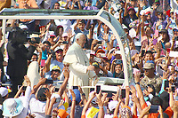 TRU13. TRUJILLO (PERÚ), 20/01/2018.- El papa Francisco saluda a los feligreses a su llegada a la playa de Huanchaco, en las afueras de la ciudad de Trujillo (Perú) hoy, sábado 20 de enero de 2018, para oficiar una misa multitudinaria ante miles de personas que se congregaron a orillas del océano Pacífico. El pontífice está en Perú para una visita oficial y apostólica de tres días. EFE/Hans Lazaro