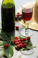 Europe/France/Rhône-Alpes/69/Rhône/Morance: Beaujolais et fruits rouges au château du Pin - Verre de vin rouge et framboise