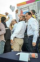 Complicado Desfile del d&iacute;a del Trabajo_DC_<br /> <br /> M&aacute;s de 3hrs de Protestas en Desfile del d&iacute;a del Trabajo_DC_<br /> <br /> Quer&eacute;taro, Qro. 1 de mayo de 2016.- Complicado desfile del d&iacute;a del trabajo tuvieron las autoridades del gobierno del estado; cuando sindicatos de la educaci&oacute;n y bur&oacute;cratas abrieron el tradicional desfile con protestas frente al presidium donde se encontraba el gobernador Francisco Dominguez; l&iacute;deres sindicales y los secretarios de gobierno, del trabajo, obras p&uacute;blicas y otros invitados. Por m&aacute;s de tres horas apechugaron las protestas de sindicatos, activistas, estudiantes, organizaciones que llevaban demandas diversas.<br /> <br /> En momentos efervescentes de la marcha algunos integrantes de los contingentes tiraron al piso las gorras conmemorativas de la marcha; otros gritaban demandas, otros m&aacute;s sobre la reforma; y hubo quienes pidieron la salida del gobernador.<br /> <br /> Al final, el gobernador del estado, por razones de seguridad, se retir&oacute; del evento.<br /> <br /> Foto: Antonio D&iacute;az