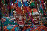 Bonecos Fobós do  bloco Xupa Osso. São  sua principal atração. Outra tradição dele é o banho de cheiro do Pará e os banhos de espuma ao longo do caminho, refrescando os foliões, sem contar a maizena que é jogada entre os brincantes em todos os demais blocos. O CARNAPAUXIS é o carnaval de Óbidos. Ele recebe esta denominação em homenagem aos primeiros habitantes da terra obidense, os Índios Pauxis.  Manifestação popular que expressa a história e cultura do povo. Cerca de 30 mil foliões, saem pelas estreitas e enladeiradas da cidade. O carnaval de Óbidos existe desde o início do 1894, porém, neste novo formato, está completando 15 anos.O Mascarado Fobó se tornou o símbolo maior do Carnapauxis, com toda a sua indumentária composta por capacete colorido, a máscara confeccionada artesanalmente, a bexiga, o dominó (roupa tipo macacão de florão), o referee e o elemento essencial da diversão – a Maisena; ele é um boneco gigantesco confeccionado e ornamentado para dar maior colorido e brilhantismo ao evento.
