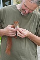 Eichhörnchen, Europäisches Eichhörnchen, verwaistes Jungtier, Junges wird von Hand aufgezogen, Wildtier-Aufzucht, Sciurus vulgaris, European red squirrel, Eurasian red squirrel
