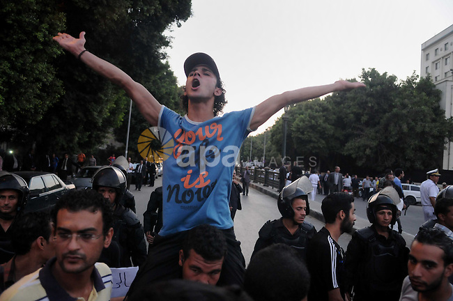 Egyptian protesters shout slogans against the US administration before an Arab Foreign Ministers meeting, the League s headquarters in Cairo, Egypt, 01 September 2013. The meeting is expected to focus on the Syrian crisis. US Secretary of State John Kerry said on 01 September that US military action against Syria is possible without approval of the US Congress. Photo by Ahmed Asad