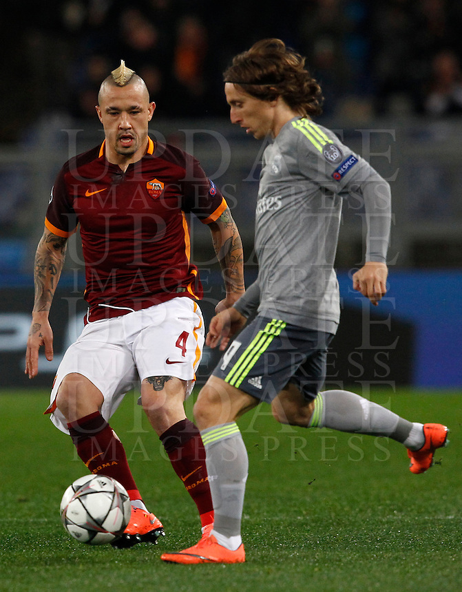 Calcio, andata degli ottavi di finale di Champions League: Roma vs Real Madrid. Roma, stadio Olimpico, 17 febbraio 2016.<br /> Real Madrid's Luka Modric, right, is challenged by Roma's Radja Nainggolan during the first leg round of 16 Champions League football match between Roma and Real Madrid, at Rome's Olympic stadium, 17 February 2016.<br /> UPDATE IMAGES PRESS/Riccardo De Luca