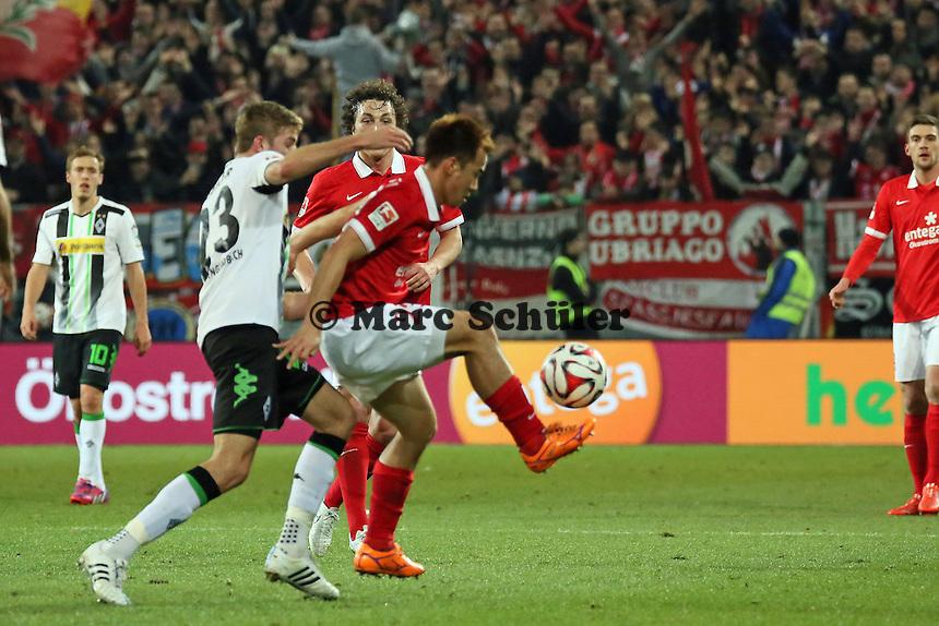 Christoph Kramer (Borussia) gegen Shinji Okazaki (Mainz)  - 1. FSV Mainz 05 vs. Borussia Moenchengladbach, Coface Arena