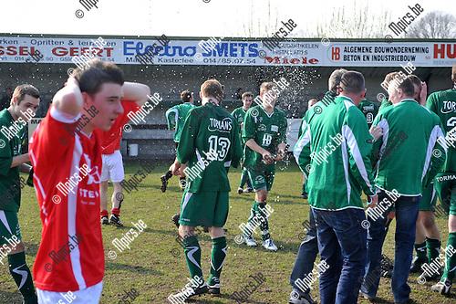 2011-03-27 / voetbal / seizoen 2010-2011 / Beekhoek - Alberta / De spelers van Beekhoek vieren hun kampioenstitel.