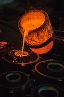 Europe/France/Franche-Comté/25/Doubs/Labergement-Sainte-Marie: Fonderie de cloches Obertino - Chargement du creuset en bronze  avec le métal en fusion //  // France, Doubs, Labergement Sainte Marie, Charles Bell foundry Obertino, flows of molten bronze into molds <br /> Auto N°: 2013-112 et Auto N°: 2013-113