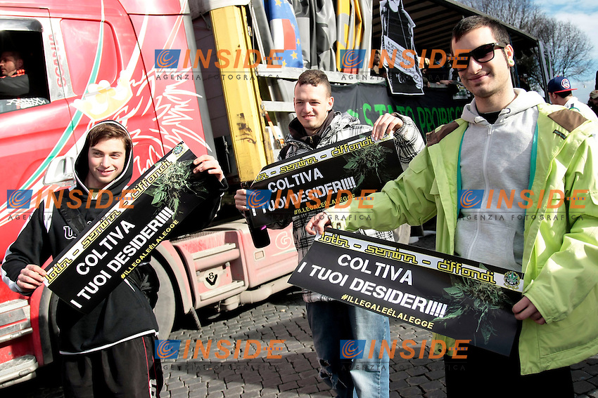 cartelli coltiva i tuoi desideri<br /> Roma 08-02-2014 Manifestazione antiproibizionista Marjuana march.<br /> Photo Samantha Zucchi Insidefoto