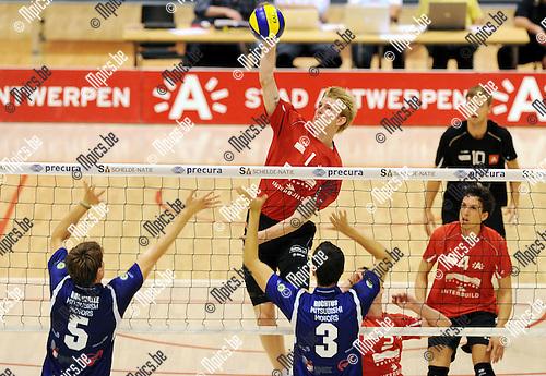 2011-09-28 / Volleybal / seizoen 2011-2012 / Antwerpen-Waasland / Peter WOHLFAHRTSTÄTTER (Antwerpen) tegenover Van Walle en Rochtus (3) ..Foto: Mpics