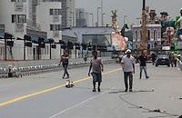 SÃO PAULO, SP - 04.2.2016: CARNAVAL-SP - Funcionários realizam os últimos preparativos na pista do sambódromo do Anhembi, nesta quinta feira (4), véspera do primeiro dia de desfiles do Carnaval de São Paulo. (Foto: Marcio Ribeiro/Brazil Photo Press/Folhapress)