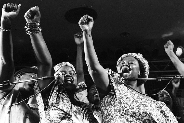 Fórum Social Mundial realizado em Porto Alegre - Encerramento -mulheres negras, africanas e brasileiras cantando. - Janeiro de 2001..World Social forum accomplished in Porto Alegre - Closing - black women, Africans and Brazilians singing. - January of 2001.