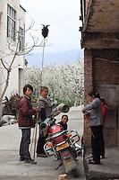 Hanyuan était un gros bourg il y a peu. Les vergers s'étendent encore entre les maisons.///Hanyuan was a big market town not too long ago. The orchards still stretch between the houses.