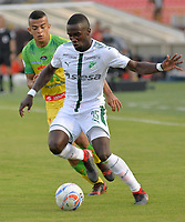 IBAGUÉ - COLOMBIA, 10-02-2018: Omar Duarte (Izq.) del Atlético Huila disputa el balón con Kevin Balanta (Der.) del Deportivo Cali durante partido por la fecha 2 de la Liga Águila I 2018 jugado en el estadio Manuel Murillo Toro de la ciudad de Ibagué. / Omar Duarte (L) player of Atletico Huila fights for the ball with Kevin Balanta (R) player of Deportivo Cali during match for the date 2 of the Aguila League I 2018 played at Manuel Murillo Toro in Ibague city. VizzorImage / Juan Carlos Escobar / Contribuidor