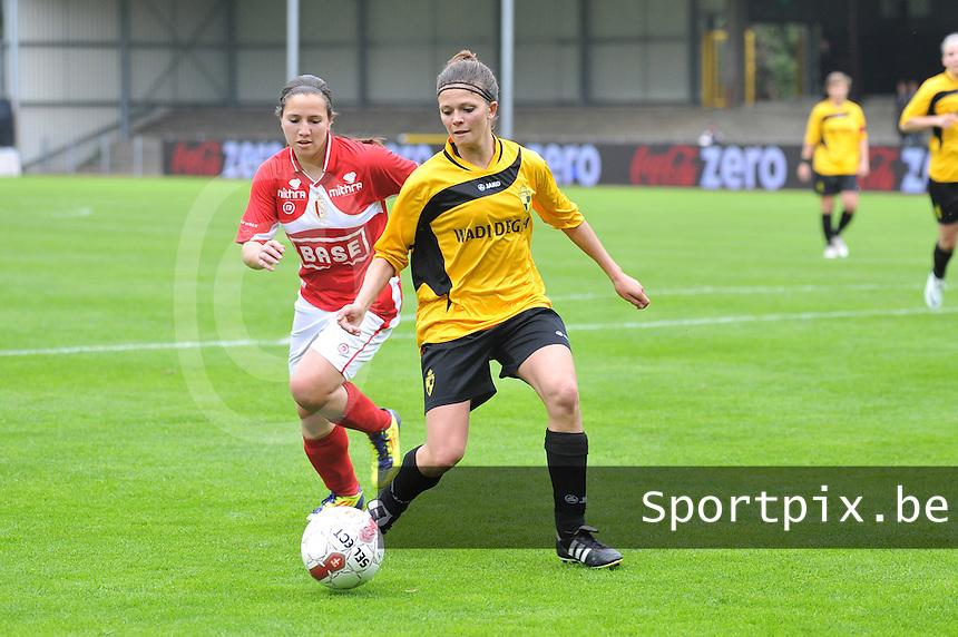 Bekerfinale 2012 : WD Lierse SK - Standard Femina :.Lien Haverals aan de bal voor Vanity Lewerissa.foto David Catry / Joke Vuylsteke / Vrouwenteam.be