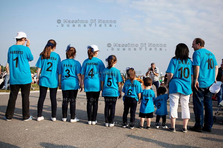 Milano 03/06/2012 : una famiglia composta da otto figli durante  il VII Incontro Mondiale delle Famiglie..Milan: a family during the 7th World Meeting of Families