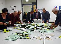 Sortieren der Stimmzettel in der Büttelborner Pestalozzischule beginnt und die Helfer um Wahlleiter Klaus Astheimer (M.) freuen sich über die hohe Wahlbeteiligung - Büttelborn 28.10.2018: Bürgermeister- und Landtagswahl