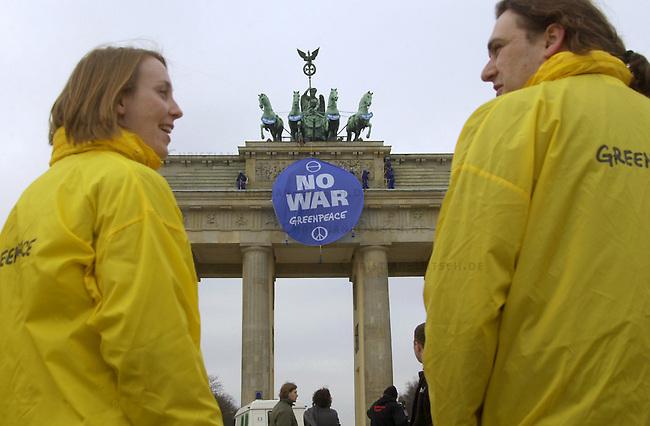 Greenpeace besetzt das Brandenburger Tor in Berlin<br /> Rund 30 Aktivisten der Umweltschutzorganisation Greenpeace besetzten am Montag den 10. Maerz 2003 das Brandenburger Tor. Greenpeace protestierte mit dieser Aktion gegen die Vorbereitungen der US-Regierung fuer einen Irak-Krieg. Die Aktivisten haengten Transparente nit der Aufschrift &quot;No War&quot; und &quot;Old Europe says: No War&quot; vom Dach des Brandenburger Tores.<br /> 10.3.2003, Berlin<br /> Copyright: Christian-Ditsch.de<br /> [Inhaltsveraendernde Manipulation des Fotos nur nach ausdruecklicher Genehmigung des Fotografen. Vereinbarungen ueber Abtretung von Persoenlichkeitsrechten/Model Release der abgebildeten Person/Personen liegen nicht vor. NO MODEL RELEASE! Nur fuer Redaktionelle Zwecke. Don't publish without copyright Christian-Ditsch.de, Veroeffentlichung nur mit Fotografennennung, sowie gegen Honorar, MwSt. und Beleg. Konto: I N G - D i B a, IBAN DE58500105175400192269, BIC INGDDEFFXXX, Kontakt: post@christian-ditsch.de<br /> Bei der Bearbeitung der Dateiinformationen darf die Urheberkennzeichnung in den EXIF- und  IPTC-Daten nicht entfernt werden, diese sind in digitalen Medien nach &sect;95c UrhG rechtlich geschuetzt. Der Urhebervermerk wird gemaess &sect;13 UrhG verlangt.]