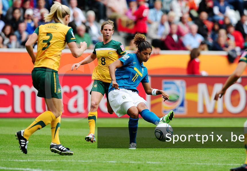 Fifa Women's World Cup Germany 2011 : Brazil - Australia  at Borussia - Park in Munchengladbach : Cristiane schiet de bal voor Kim Carroll . Elise Kellond-Knight kijkt toe (achter).foto DAVID CATRY / Vrouwenteam.be