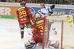 Straubings JeremyWilliams (Nr.18)  scheitert an Duesseldorfs Goalie Mathias Niederberger (Nr.35)  beim Spiel in der DEL, Duesseldorfer EG (rot) - Straubinger Tigers (weiss).<br /> <br /> Foto © PIX-Sportfotos *** Foto ist honorarpflichtig! *** Auf Anfrage in hoeherer Qualitaet/Aufloesung. Belegexemplar erbeten. Veroeffentlichung ausschliesslich fuer journalistisch-publizistische Zwecke. For editorial use only.