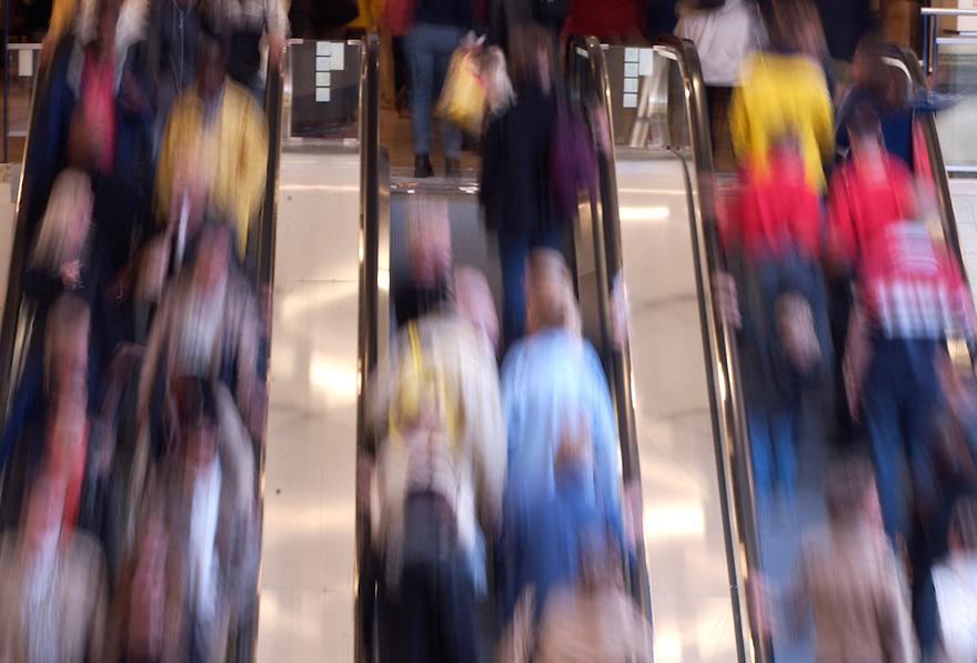 Nederland, Utrecht, 28 sept 2002.Roltrappen in Hoog Catharijne met veel mensen, door lange sluitertijd bewogen..Winkelcentrum, mensenmassa..Foto (c) Michiel Wijnbergh, Hollandse Hoogte