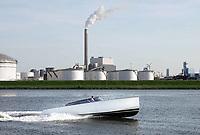 Nederland - Amsterdam - 2018.   Luxe speedboot op het Noorzeekanaal. Op de achtergrond opslagtanks en de NUON Centrale aan de Heweg.  Foto Berlinda van Dam / Hollandse Hoogte.