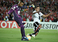 BOGOTA- COLOMBIA – 26-02-2015: Robinson Zapata (Izq.) portero del Independiente Santa Fe de Colombia, disputa el balón con Felipe Flores (Der.) jugador de Colo Colo de Chile, durante partido entre Independiente Santa Fe de Colombia y Colo Colo de Chile, por la segunda fase, grupo 1, de la Copa Bridgestone Libertadores en el estadio Nemesio Camacho El Campin, de la ciudad de Bogota. / Robinson Zapata (L) goalkeeper of Independiente Santa Fe of Colombia, figths for the ball with Felipe Flores (R) player of Colo Colo of Chile during a match between Independiente Santa Fe of Colombia and Colo Colo of Chile for the second phase, group 1, of the Copa Bridgestone Libertadores in the Nemesio Camacho El Campin in Bogota city. Photo: VizzorImage / Luis Ramirez / Staff.