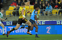 Bulls Warrick Gelant is chased by Hurricanes' Beauden Barrett during the Super Rugby quarterfinal between the Hurricanes and Bulls at Westpac Stadium in Wellington, New Zealand on Saturday, 22 June 2019. Photo: Dave Lintott / lintottphoto.co.nz