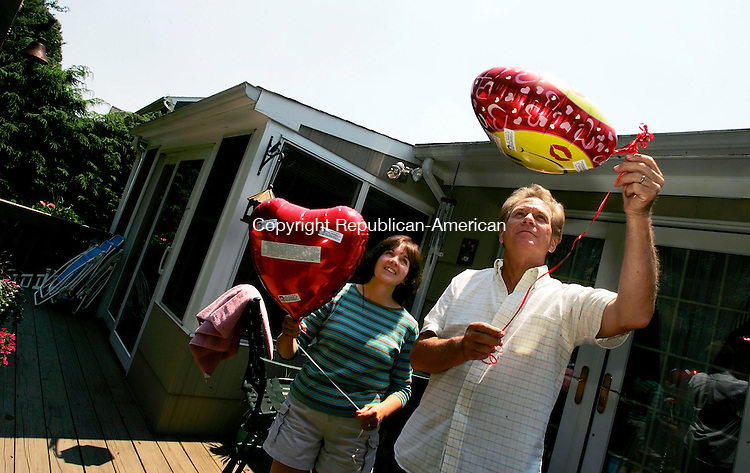 CHESHIRE, CT--15 AUGUST 2005- 081505JS04-- Janice Smolinski; and her husband William Smolinski, Sr. send up a pair of balloons from their home in Cheshire with messages to their missing son Billy.<br /> --Jim Shannon Photo--- are CQ