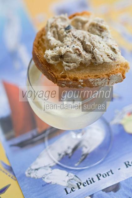 """Europe/France/Bretagne/56/Morbihan/Golfe du Morbihan/ Sarzeau: Tartine de rillettes de Thon  Restaurant  """"Le Petit Port"""" quai des Voileries, port du Logeo,"""