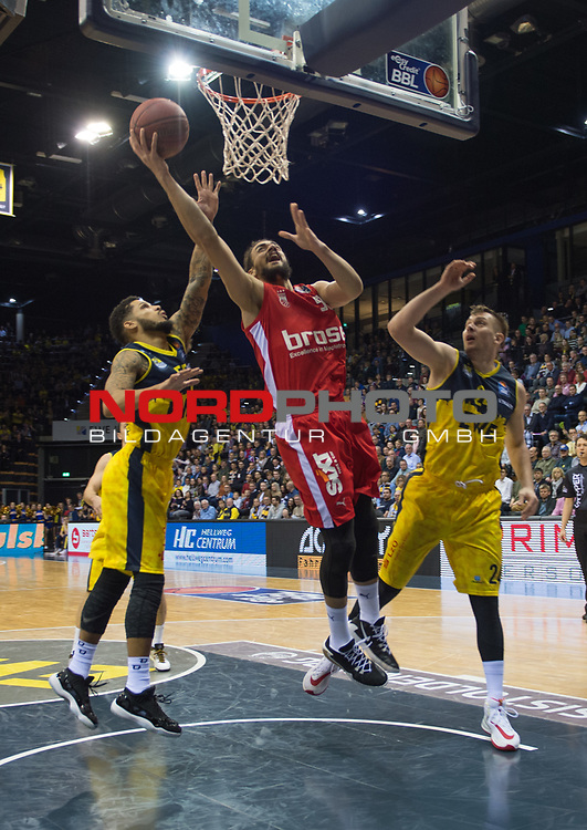 01.12.2019, EWE Arena, Oldenburg, GER, easy Credit-BBL, EWE Baskets Oldenburg vs Brose Bamberg, im Bild<br /> Assem MAREI (Brose Bamberg #50 ) Tyler LARSON (EWE Baskets Oldenburg #55 ) Rasid MAHALBASIC (EWE Baskets Oldenburg #24 )<br /> Foto © nordphoto / Rojahn