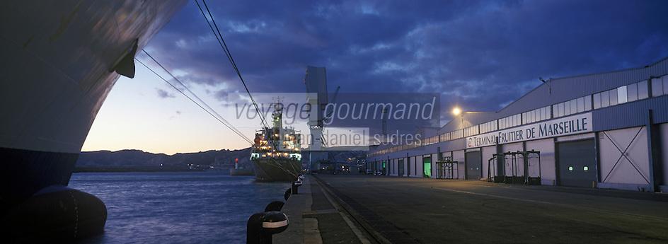 Europe/France/Provence-Alpes-Côte d'Azur/13/Bouches-du-Rhône/Marseille : Le port de commerce - Les grues et cargo