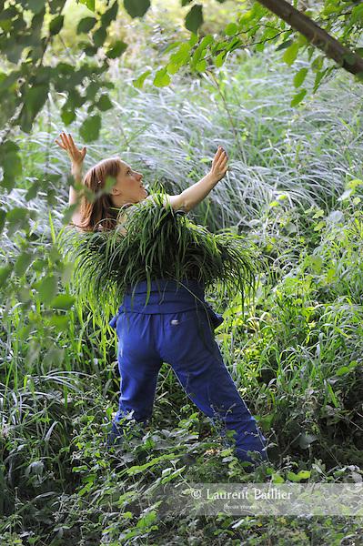 Le pantalon, l'&eacute;t&eacute;, la poule, la pastourelle, la boulang&egrave;re<br /> <br /> Chor&eacute;graphie : Julie Desprairies<br /> Costumes : Louise Hochet<br /> Interpr&egrave;tation : Elise Ladou&eacute;<br /> Cadre : Festival des Fabriques<br /> Lieu : Bord de Launette, Parc Jean Jacques Rousseau<br /> Ville : Ermenonville<br /> Date : 28/06/2015<br /> (C)2015 Laurent paillier / photosdedanse.com, tous droits r&eacute;serv&eacute;s